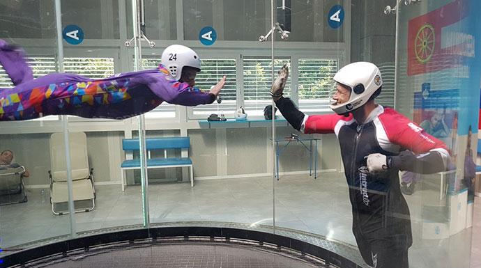 instruktor i padobranac u aerotunelu