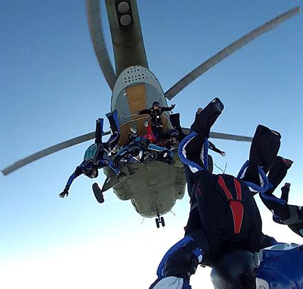 Gomila iskusnih padobranaca iskače iz helikoptera