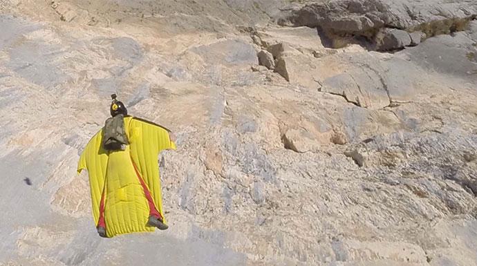 padobranac skace wingsuitom sa litice