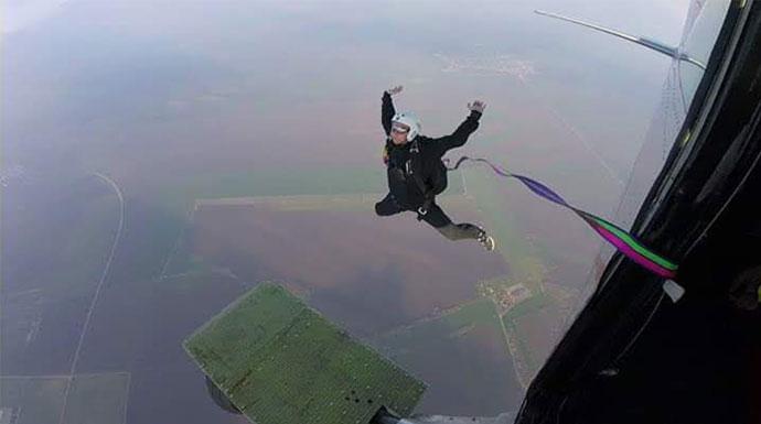 padobranac vrsi svoj prvi samostalni skok padobranom