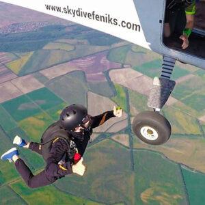 padobranac iskace iz aviona i zapocinje slobodni pad