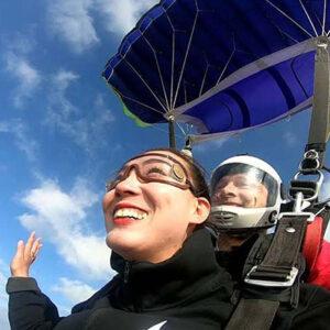 tandem skok instruktor i devojka nasmejani prilikom skoka padobranom