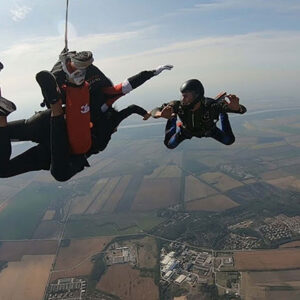 instruktor snima tandem skok instruktora i studenta prilikom skakanja padobranom