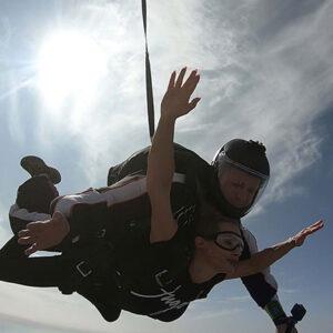 tandem skok instruktor i devojka uzivaju u skoku padobranom
