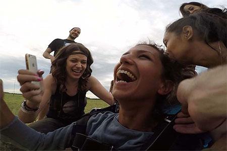 nasmejana ekipa nakon skoka padobranom