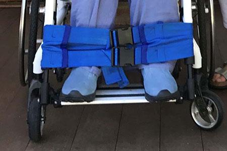 osoba sa invaliditetom sedi u kolicima